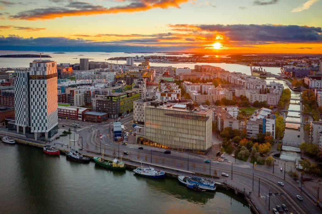 Arquitectura urbana y moderna por el mar